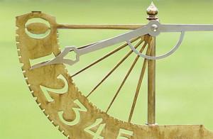 中世を思わせるローテクでクールすぎる雨量計