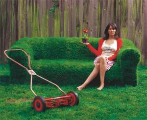 屋外にソファを置いていたら草だらけに?な、ソファをDIY