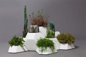 真っ白で幾何学的なデザインの植木鉢は自由に組み替えても統一感と存在感があります