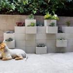 コンクリートブロックを使ったガーデニングはとっても簡単にDIYできるだけでなく、モダンな印象を与えることができます