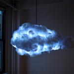 音楽や人の動きで雷のように光る小型の雲がとってもクール!(ただし雨は降りません)