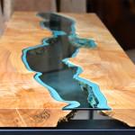 木材のテーブルにガラスの川を流すことでオシャレでモダンな印象に!
